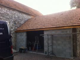 Couverture de tuiles sur charpente de garage en bois